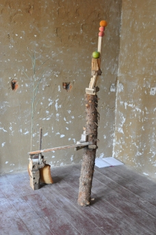 """Handundfuß"" Installation with found objects (artificial fruits, wood pieces and pillow), Künstlerstadt Kalbe e. V."